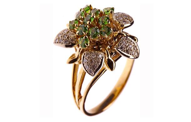Кольцо из золота 750* пробы с бриллиантами и демантоидами
